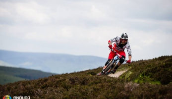 Video: EWS Tweedlove pro Nico Lau a  Tracy Moseley