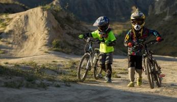 Video: Vanderham a Hunter s dětma na trailu