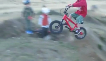 Video: čtyřletá dvojčata v parku