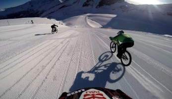 Video: Glacier Bike Downhill 2015 - mega kalup na sněhu