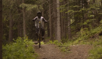 Video: Vincent Pernin to seká v Les Arcs na své SUPREME DH V4
