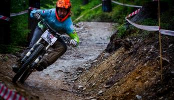 Report a video: Nuda, vedro, prach a horský slunce - finále Czech downhill Tour