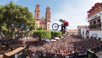 Video: Fischi vyhrál městský sjezd v Taxco