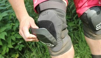 Test: kolenní chrániče Fox Launch Pro D3O Kneepad - chytrá pěna i plast