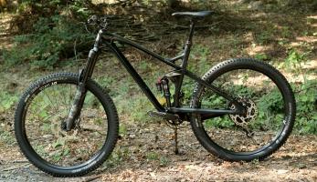 Test: Kellys Eraser 90 - trailbike s klasickou geometrií a vysokým zdvihem