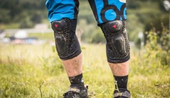 Test: Dainese Enduro Knee 2 - chrániče bez pěny a přesto fungují