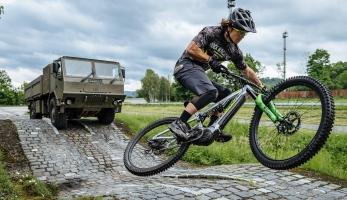 Video: Tatra nezná bratra - Vojta Bláha vs. TATRA 4x4