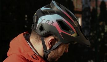 Fox rozšiřuje nabídku malých přileb modelem Speedframe