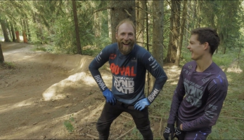 Video: Steve Peat vs Loris Vergier - oldschool vs. newschool technika průjezdu klopky