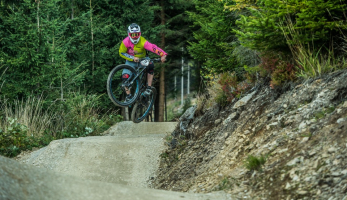 Report: Dropdown, zapomeň na hromadný start, teď je to bikeparkové enduro!